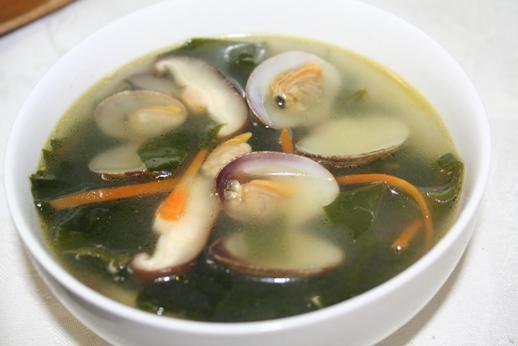 ジョゲミヨック(조개미역국) -- あさりわかめスープ